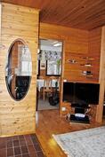 Takkahuoneesta on avoin yhteys keittiöön ja olohuoneeseen.