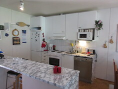 Lisäkuvaa kaksion 2000-luvun alussa tyylikkääksi remontoidusta avokeittiöstä, jossa, asialliset keittiökoneet astianpesukoneineen!