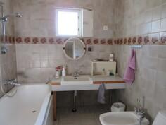 Päähuoneistossa kaunis laatoitettu monip. kylpyhuone ja ...