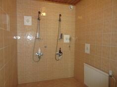 ... uima-allasosaston kylpyhuone uusittu 2000-luvun alussa asialliseksi vedeneristein!