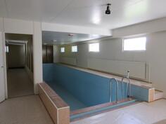 Uima-allasosastosta välitön yhteys myös etelänpuoleiselle takapihalle ja kiinteistössä on koneellinen ilmastointi!