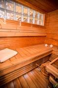 Tunnelmallinen sauna jonne valo säteilee lasitiilen läpi