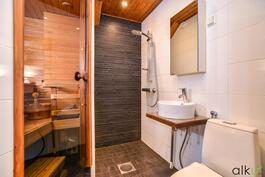 Tyylikäs kylpyhuone jossa on harkitut materiaalivalinnat