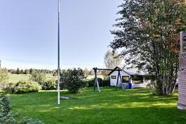 Iso piha-alue/ Stort gårdsområde.