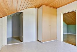 Yläkerran ensimmäinen makuuhuone/ Första sovrummet i övre våningen.