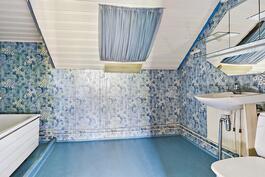 Yläkerran kh/ Övre våningens badrum.