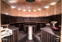 Pyöreässä saunassa tilaa useammallekin saunojalle!