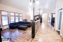 Persoonallinen ja valoisa olohuone on porrastettu muita tiloja alemmaksi