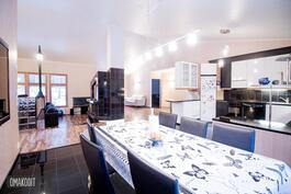 Keittiö, olohuone ja ruokailutila yhtenäistä avointa tilaa sekä korotettu sisäkatto tuo tilantuntua!