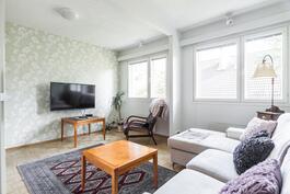 Kahtena makuuhuoneena olleessa huoneessa seinä on poistettu ja tehty siitä suurempi televiohuone.