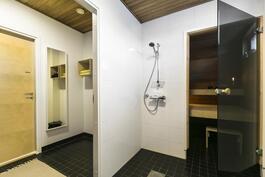 Kylpyhuoneeseen käynti pukuhuoneen kautta