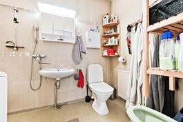 Toisen makuuhuoneen kylpyhuone on alkuperäisasussaan
