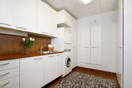 Tilava kodinhoitohuone alakerran kylpyhuoneen yhteydessä.