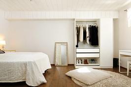 Alakerran askarteluhuone makuuhuonekäytössä.