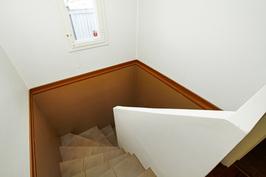 Valoisa portaikko alakertaan.