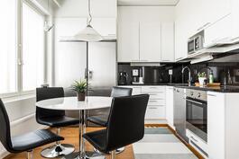 Tyylikäs keittiö laadukkailla kodinkoneilla.