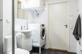 Kylpyhuone, jossa myös toinen wc ja khh-tilat.