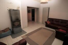 Olohuoneen takaseinällä ja ruokailutilan takaseinällä ovet makuuhuoneisiin