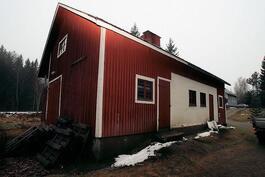 Tilava ulkorakennus; sauna, autotalli ja varastotiloja myös ylhäällä