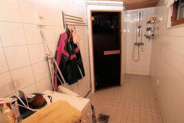Ikkunallisesta kylpyhuoneesta saunaan päin