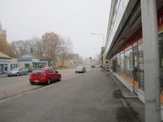 Paljon pysäköintitilaa kadun varressa