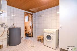 Vaaleat ja avarat kylpytilat ja tilaa on pesutornillekin.
