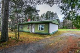 Tämä mahdollisuuksien koti on rauhallisella paikalla ison tontin ympäröimänä.
