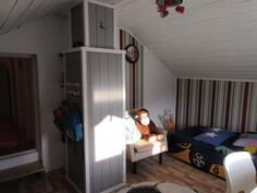 ... kolmas makuuhuone, jotka kaikki myös pintaremontoitu 2010-luvulla inspiroivasti!