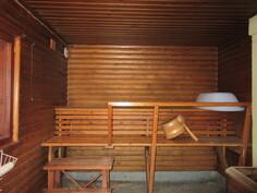 ... puulämmitteisestä saunasta, jossa on kaunis pyöröpaneeliverhous ja myös puulämm. vesipata!