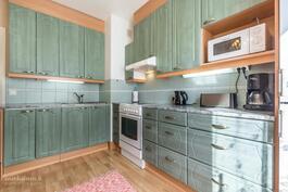 Tyylikäs keittiö jossa valmius astianpesukoneelle