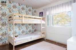 Makuuhuone (2/2), jonka yhteydessä on vaatehuone.