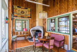 Olohuoneen vieressä lasitettu terassi, jossa avotakka