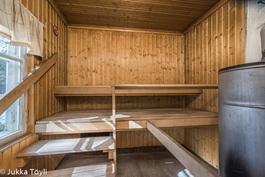 Rantasaunan löylyhuone, jossa puulämmitteinen Aito-kiuas