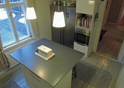 Integroidut keittiökoneet ja rinsaasti työskentelytilaa
