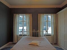 Makuuhuoneessa rauhallisen tyylikäs väritys ja runsaasti tilaa