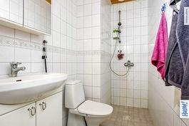yläkerran wc ja suihku