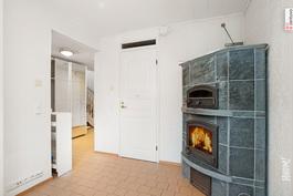 takkahuone alakerrassa, josta käynti kph-ja saunatilaan