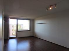 Seinäpinnat maalattu siisteiksi! Lisäkuvaa tilavasta olohuoneesta!