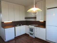 Keittiökaapiston oviin uusittu maalipinta ja uudet vetimet v. -08! Lisäksi työtasot ja astianpesukone on uusittu v. -14!