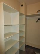 Huoneistossa myös tilava vaatehuone, johon kätevästi kaksi käyntiovea!