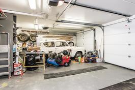 Päätalon autotallissa tilaa myös projektille