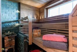 Päätalon sauna ja iso ikkuna järvelle