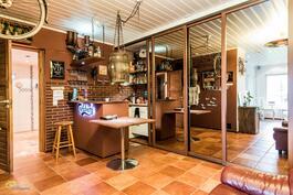 Pätalon alakerassa oma baari (kuuluu kauppaan) ja ovien takana hyvin säilytystilaa