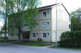Talon julkisivu Pennintieltä kuvattuna