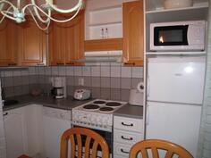 Lähikuvaa keittiöstä, jossa uusitut kaapiston ovet.