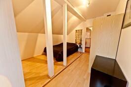Ylimmän kerroksen makuuhuone