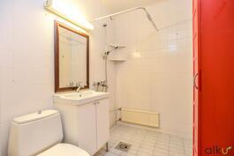 Kylpyhuone/Wc-tila on hyvänkokoinen...