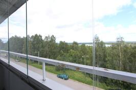 Lasitettu parveke Ounasjokinäkymillä