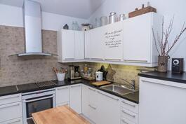 Valkoinen moderni keittiö