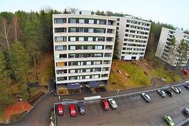Voudinkatu 6 talot sijaitsevat kadun päässä metsäisessä rinteessä!